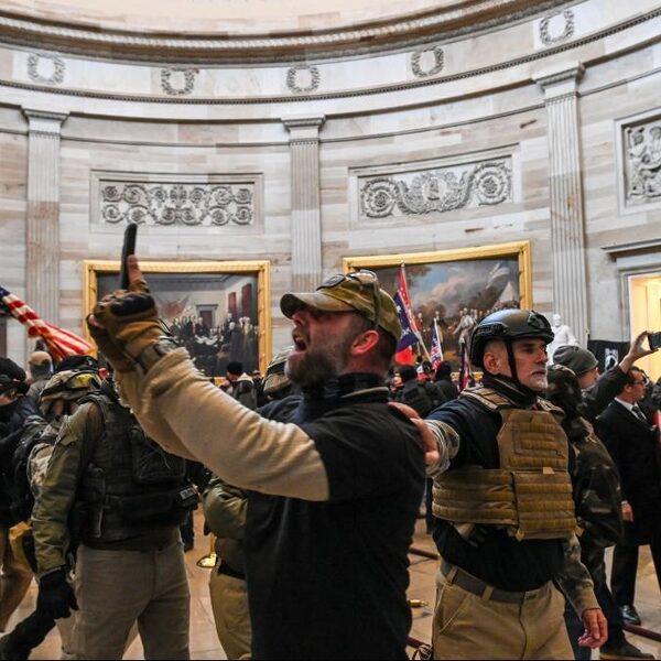 Pro-Trumpbetogers bestormen Congresgebouw, Capitool schoongeveegd
