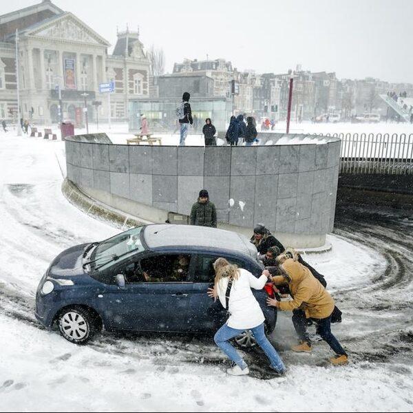 Weinig treinen, gevaarlijke wegen en geen knisperende kranten: winterweer in Nederland