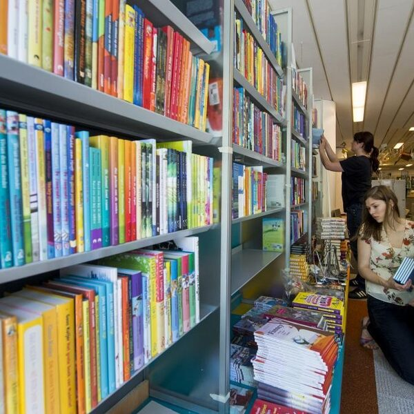 Hoe krijg je jongeren weer aan het lezen?