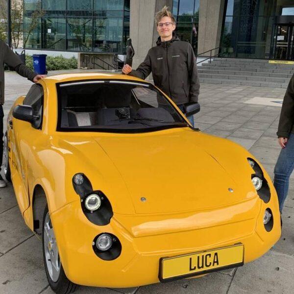 Studenten presenteren een elektrische auto, gemaakt van gerecycled plastic