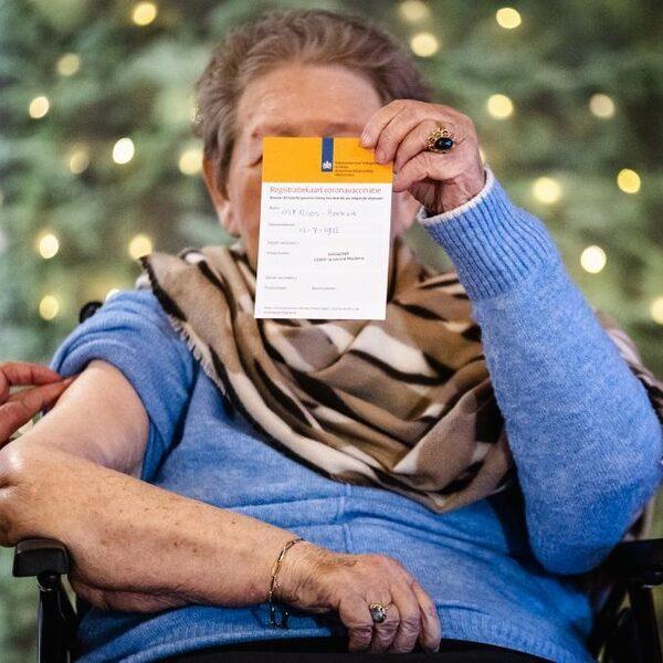 In verpleeghuizen mogen bewoners weer twee bezoekers ontvangen, in plaats van één