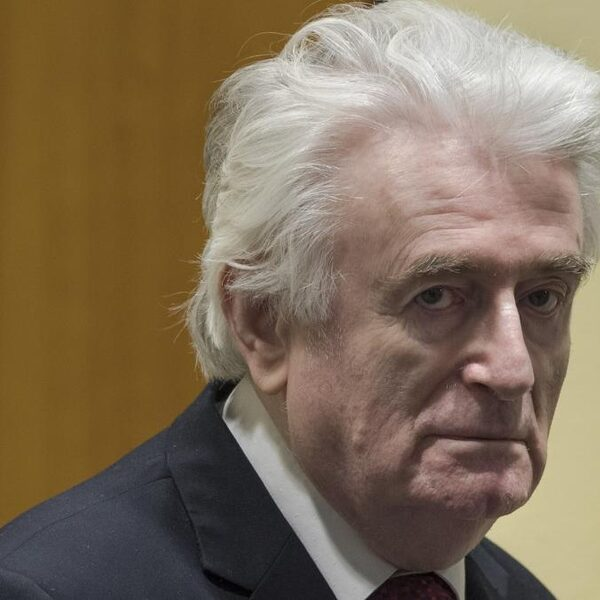Anna is bevriend met oorlogsmisdadiger Karadzic en stuurt hem elk jaar verjaardagskaarten
