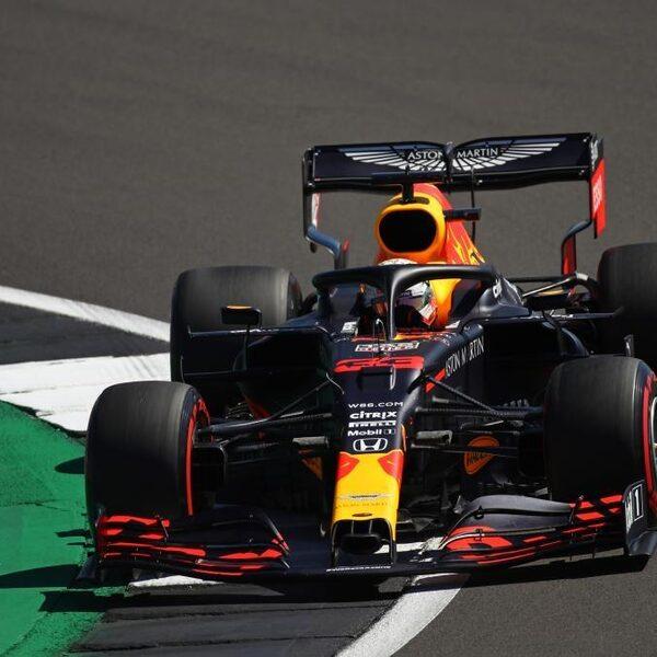 Max Verstappen is Mercedes-coureurs te snel af en wint op Silverstone