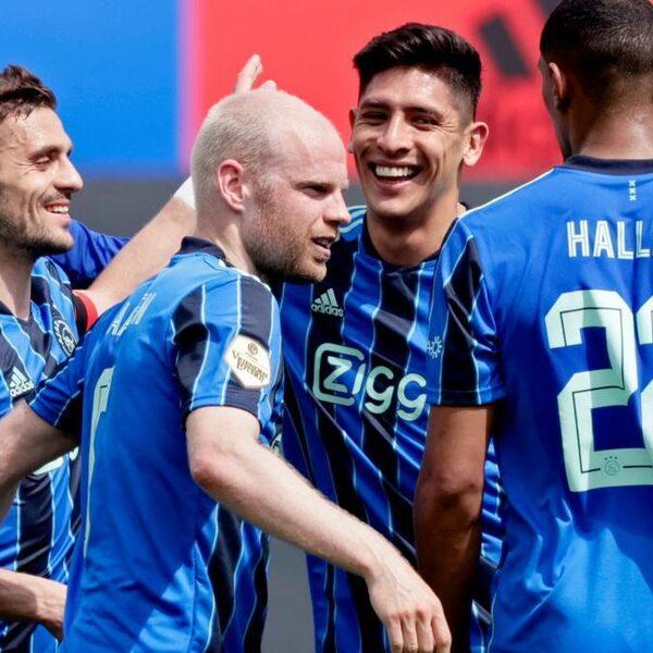 Eigen doelpunten helpen Ajax aan overwinning in klassieker