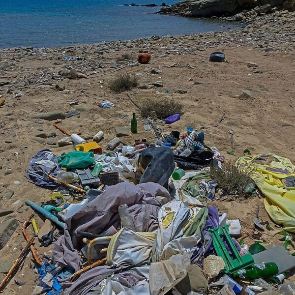 Waarom verweerd microplastic gevaarlijker is dan schoon plastic