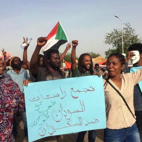 Sudanezen blijven protesteren: 'We willen niet opnieuw een dictatuur worden'