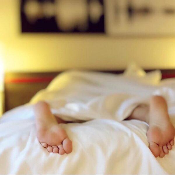 Mensen liggen tijdens pandemie uur langer in bed
