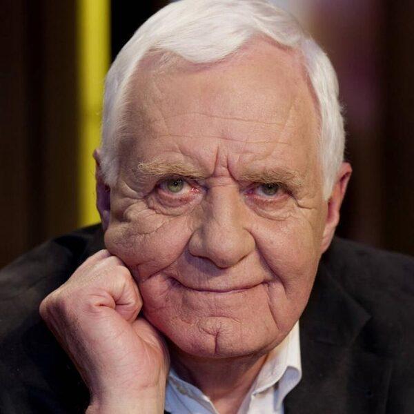 Idealistische televisiejournalist Aad van den Heuvel (84) overleden