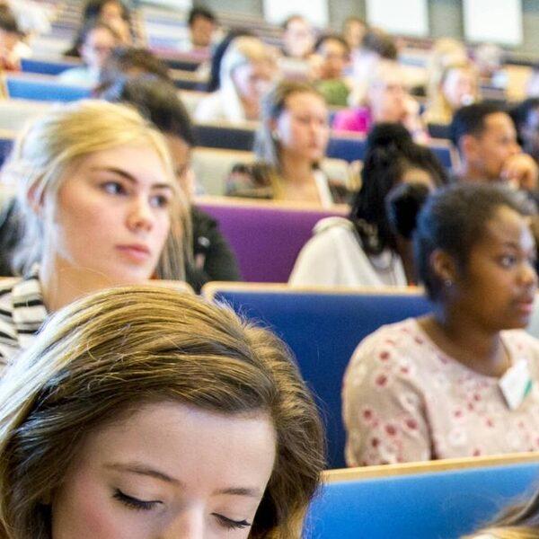 Tienduizenden studenten lopen door coronacrisis studievertraging op