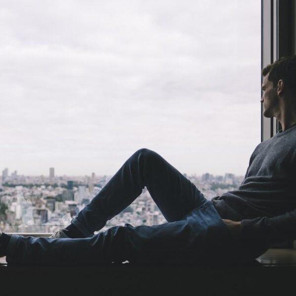 Hoogleraar waarschuwt voor sociaal isolement tijdens thuiszitten: 'Hou contact met elkaar'