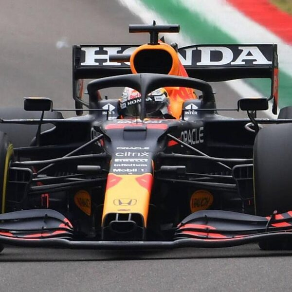 Max Verstappen wint op verraderlijk glad circuit van Imola
