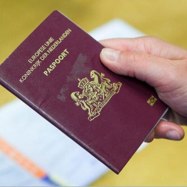 Geen M of V, maar X: eerste genderneutrale Nederlandse paspoort uitgereikt