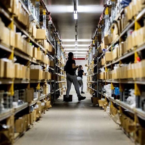 'Leveranciers dwingen webwinkels om prijs hoog te houden'