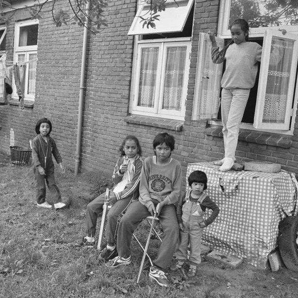Wonen in een concentratiekamp: het verhaal van de Molukkers
