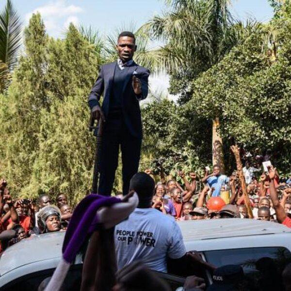 Bobi Wine weer thuis: 'Er hangt een sfeer van opstand in Ugandese Kampala'