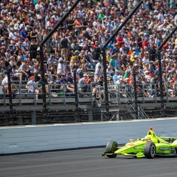 Met 370 kilometer per uur langs een betonnen muur: dit is de Indy 500
