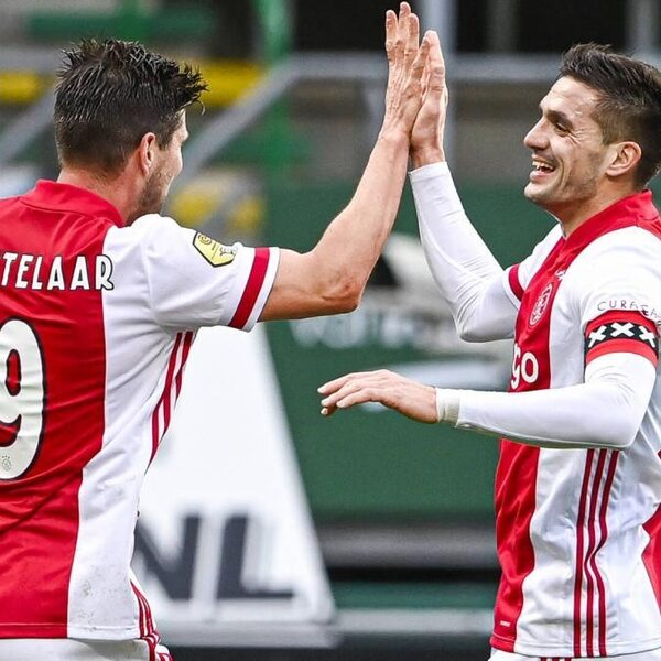 Ajax na een helft klaar met ADO Den Haag