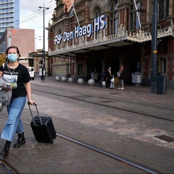 Veldepidemioloog Amrish Baidjoe: 'Hoog tijd voor mondkapjesplicht in Nederland'