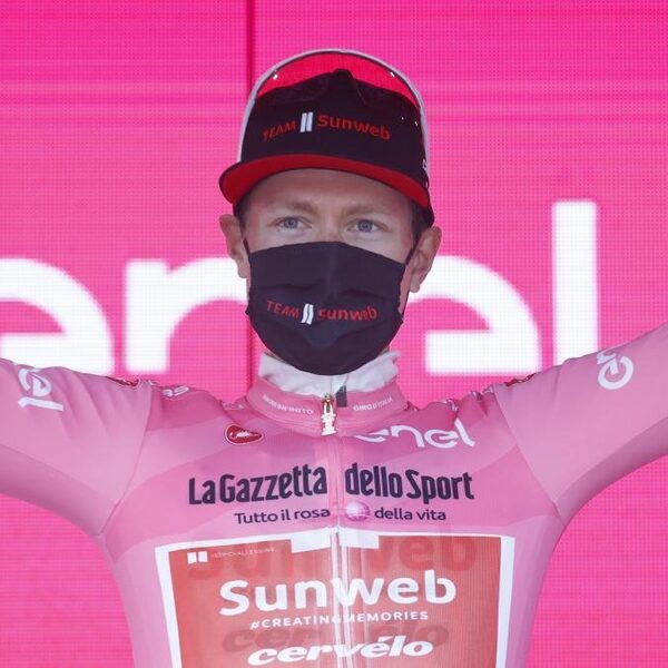 Kelderman worstelt in monsterrit, maar komt boven met roze in Giro