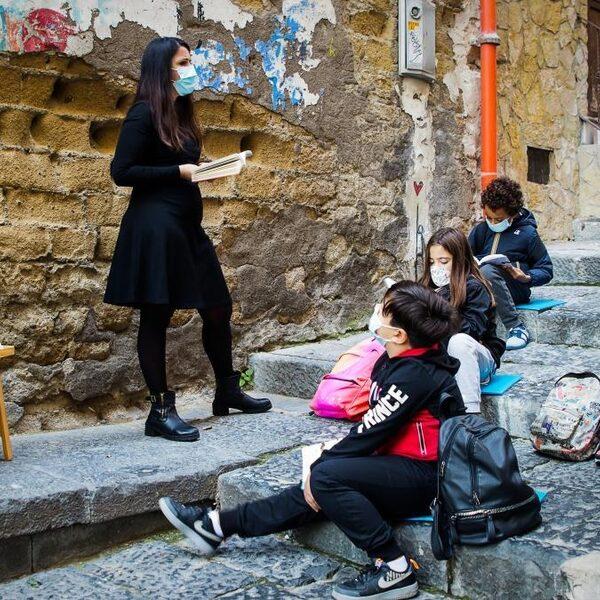 Deze kinderen in Napels zijn dolblij met les op straat