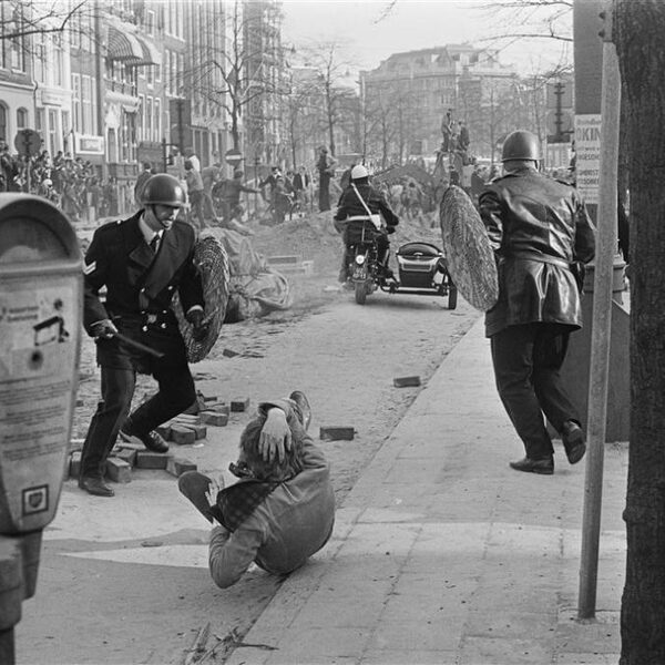 Podcast De Dag: Over de moeizame verhouding tussen politie en burger