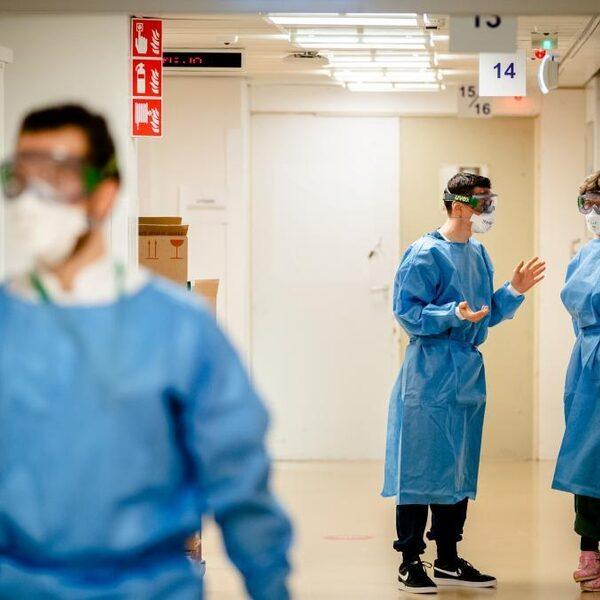 Hoogleraar klinische virologie: 'Nu versoepelen is verantwoord, we staan op een keerpunt'