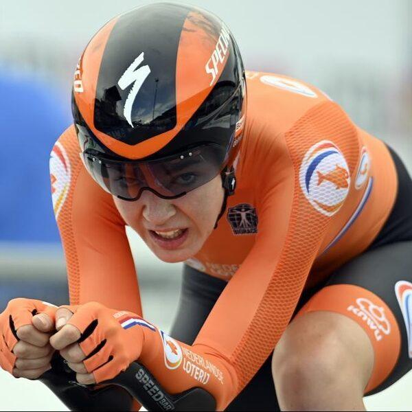 Van der Breggen is wereldkampioen tijdrijden na harde crash topfavoriet Dygert