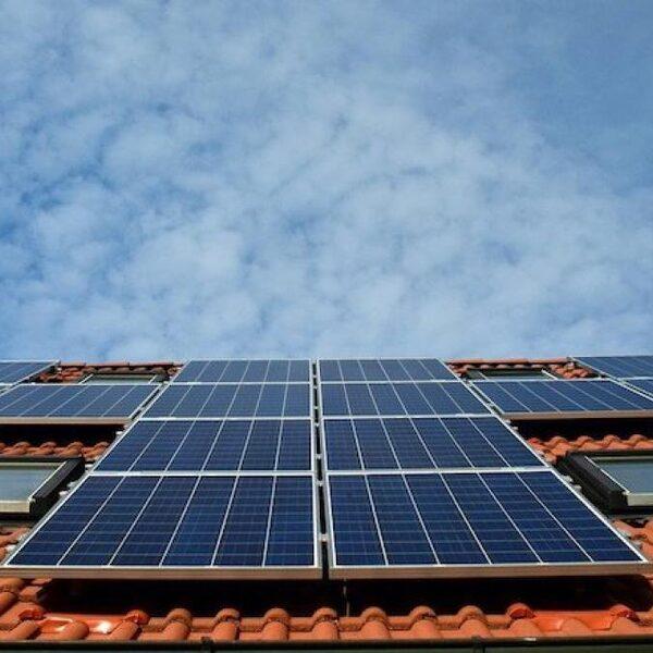 'Zet wasmachine en vaatwasser overdag aan voor optimaal gebruik zonnepanelen'