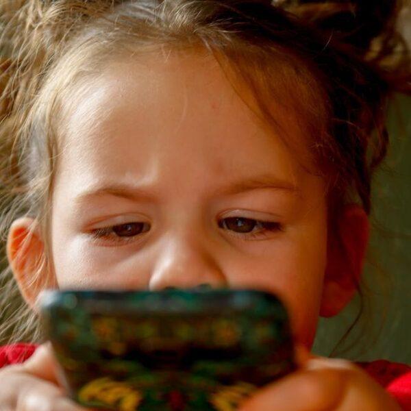 Grote zorgen om bijziendheid jonge kinderen: 'Ga naar buiten en las pauzes voor de ogen in'