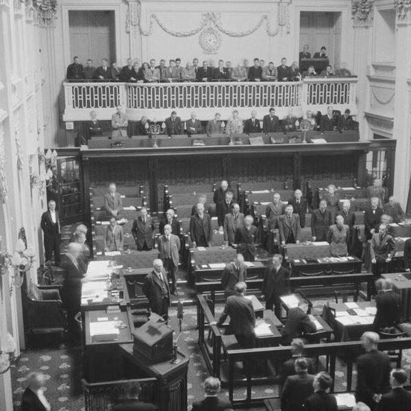 Met worst en rookvlees ging de Tweede Kamer 75 jaar geleden weer aan het werk