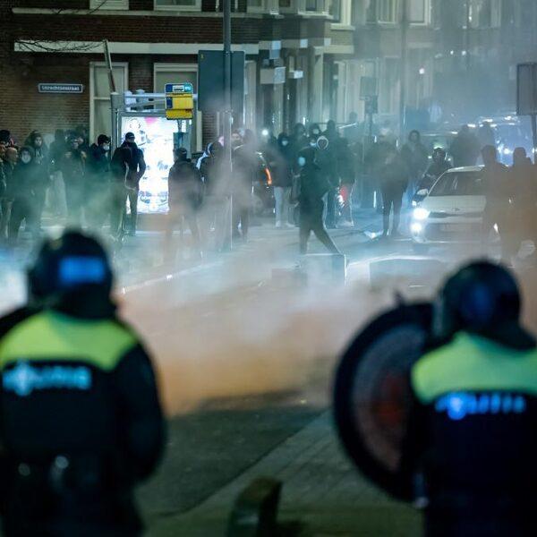 Opnieuw rellende jongeren op straat: arrestaties, ME en waterkanon