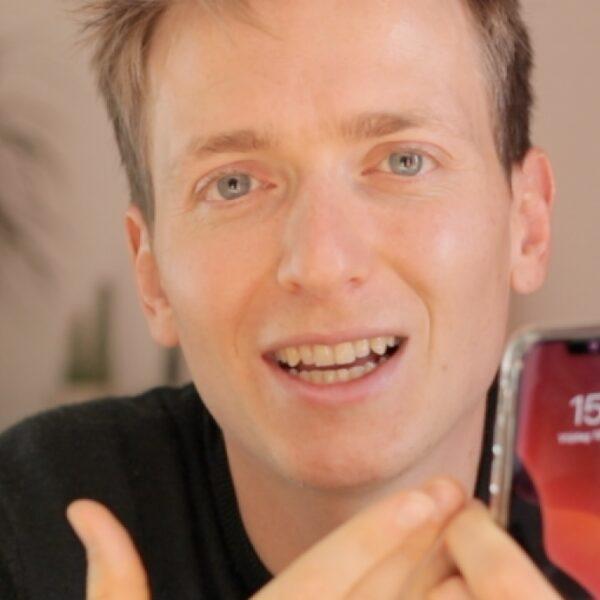 Floris (29) gooide zijn smartphone expres in een kampvuur