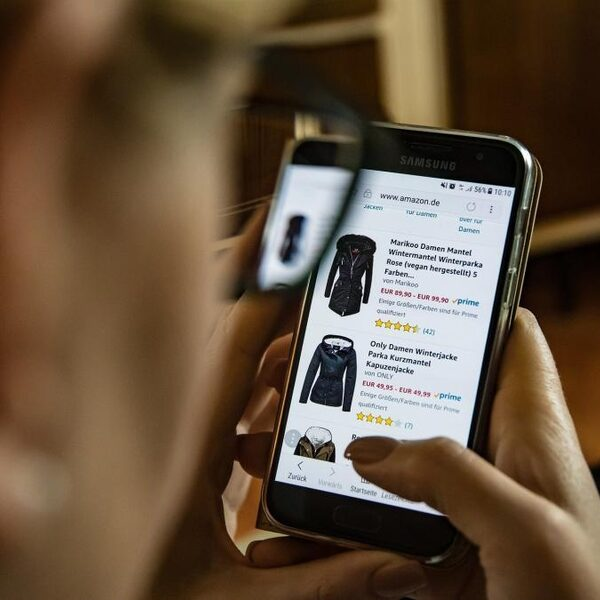 Directeur Nibud waarschuwt voor online impulsaankopen: 'Je wordt verleid om geld uit te geven'