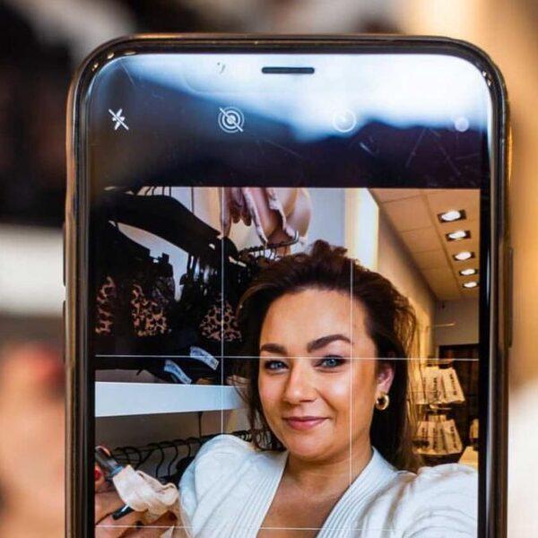 Coronacrisis krijgt deze lingeriewinkel er niet onder: virtueel bh's passen met de 'boobie-phone'
