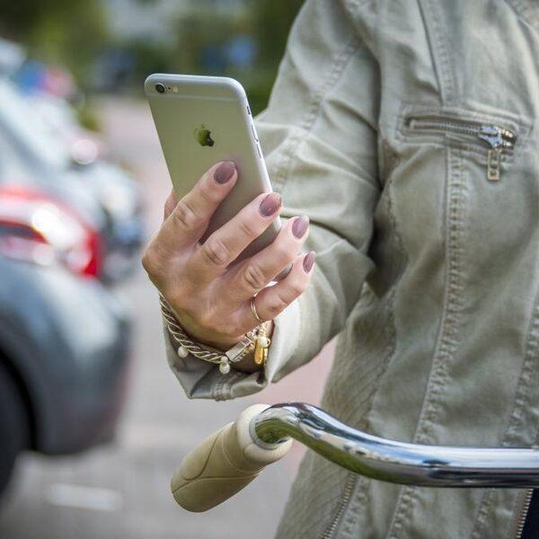 Wat mag je vasthouden op de fiets sinds het appverbod?