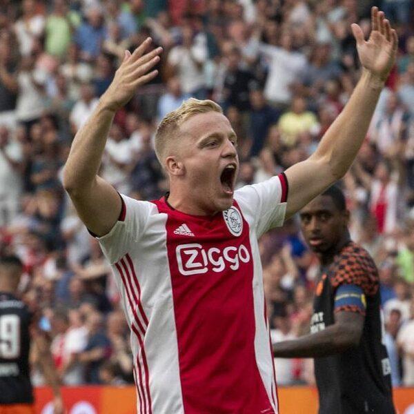 Ajax deelt eerste tik uit en wint Johan Cruijff-schaal ten koste van PSV