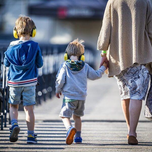 'Afstandsmoeders' en adoptiekinderen in gesprek met demissionair minister Dekker