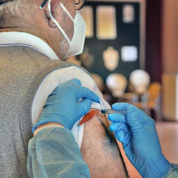 'Over anderhalve maand eerste coronavaccins beschikbaar'