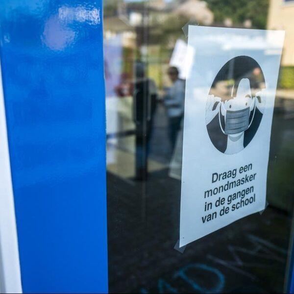Voorzitter Landelijk Netwerk Acute Zorg pleit voor mondkapjesplicht en 'drastische maatregelen'