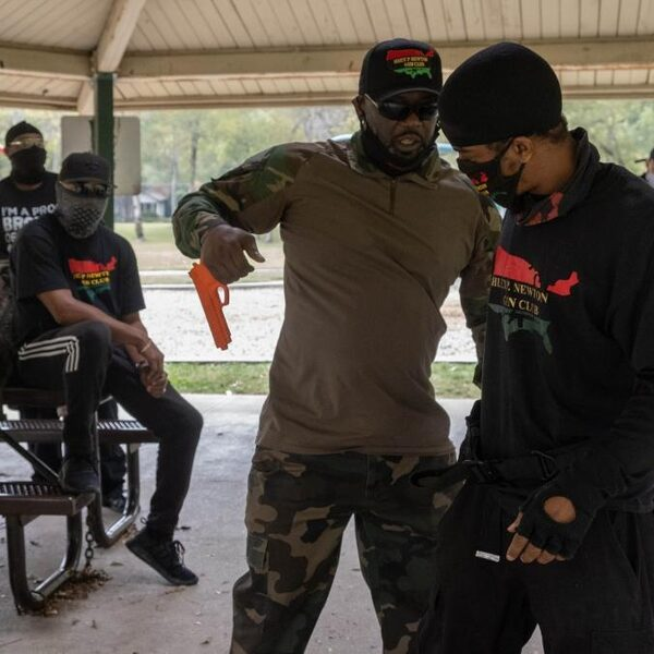 Deze groep zwarte Amerikanen bewapent zich 'alvast' tegen extreemrechtse Trumpaanhangers