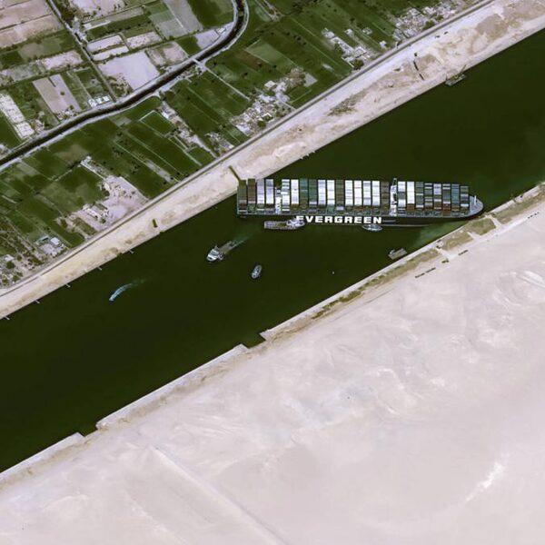 'Containerschip in Suezkanaal gedeeltelijk los'