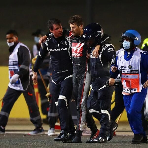 Zware crash in Bahrein: Grosjean komt op tijd uit brandende auto