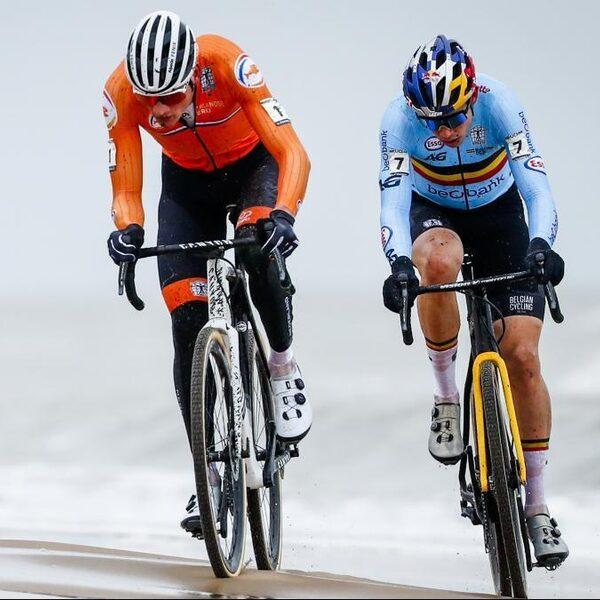 Mathieu van der Poel wereldkampioen: rijdt Van Aert voorbij en ziet hem niet meer terug