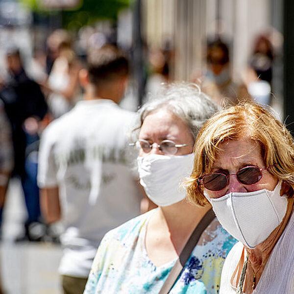 Doorgaan met het dragen van mondkapjes? 'Moeilijk vol te houden onder dwang'