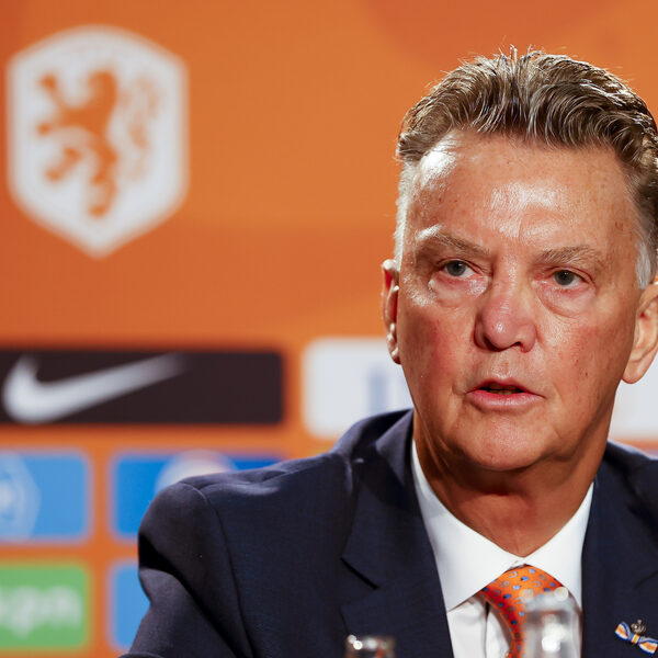 Van Gaal maakt indruk op eerste persconferentie: 'Hij was er weer: fris, kwetsbaar en scherp'