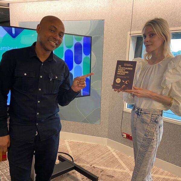 'In lichtjaren heeft niemand haast' van Marjolijn van Heemstra is Humberto's Non-fictie boek van de maand juni
