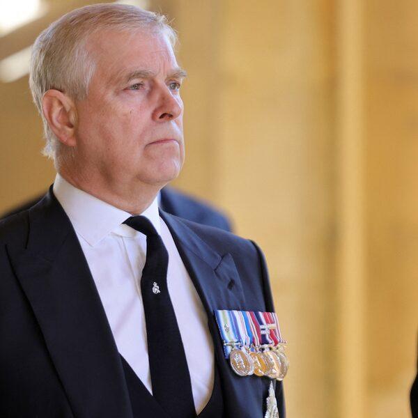 Podcast De Dag: hoe prins Andrew het Britse koningshuis laat wankelen
