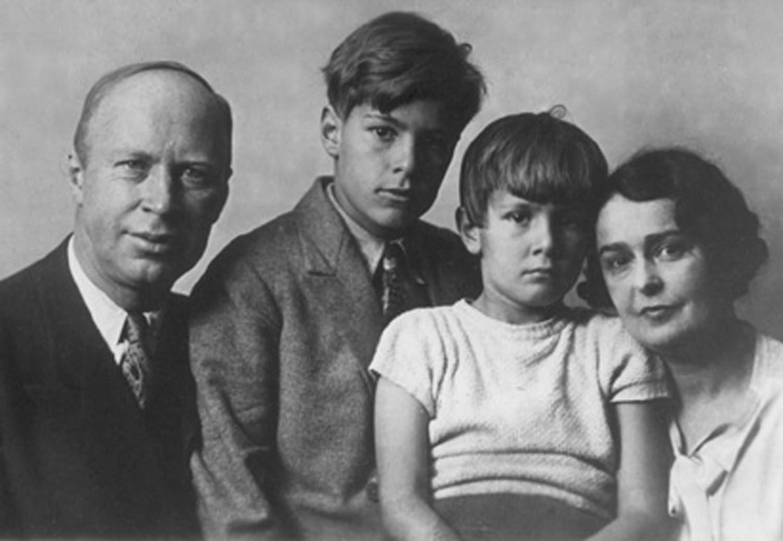 Sergej en lina prokofiev met zonen svjatoslav oleg in 1936 wikimedia commons