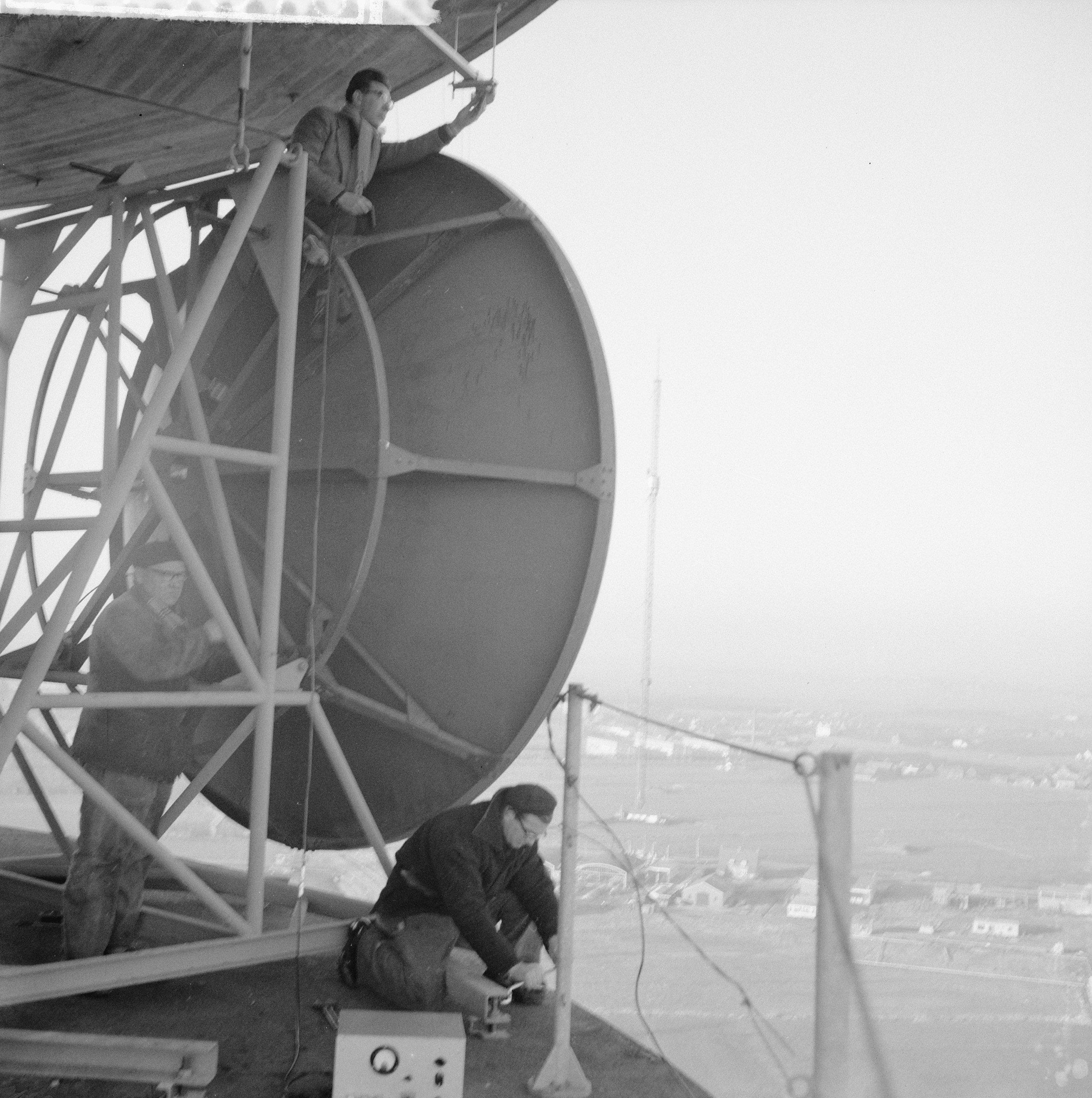 Nieuwe televisiezender te Lopik PTT technici zijn bezig met het richten van de Bestanddeelnr 911 9876